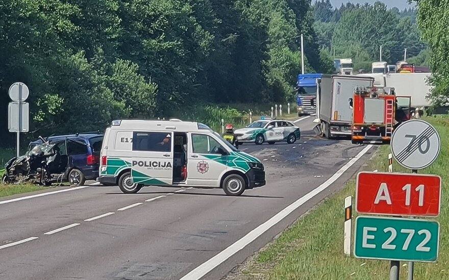 Kelyje Šiauliai-Palanga dėl avarijos ribojamas eismas: pranešta, kad vieną žmogų prispaudė automobilio nuolaužos