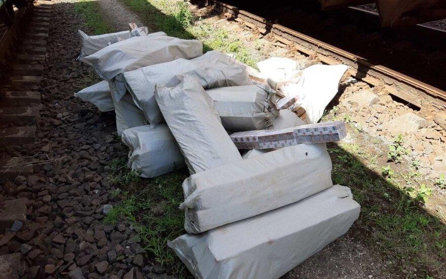 Trąšoms gabenti skirtame vagone akyli pasieniečiai aptiko tūkstančius kontrabandinių cigarečių