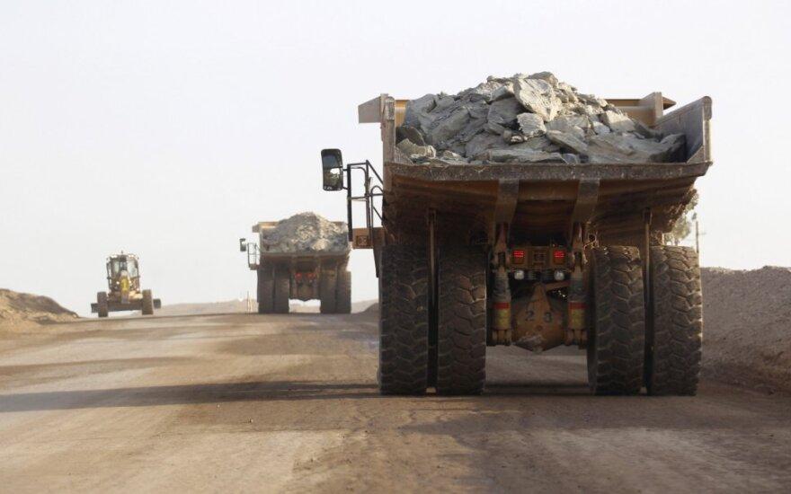 Sunkvežimiai gabeną varį iš kasyklos Eritrėjoje