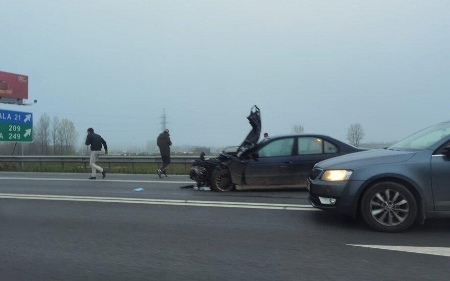 Eismo dalyvius bauginę chuliganai su BMW prisivažinėjo