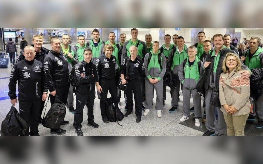"Benedikto Vanago komanda ir Kauno ""Žalgiris"" Stambulo oro uoste (G. Kropio nuotr.)"