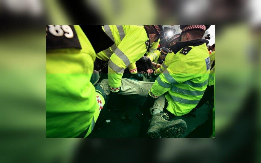 Londono policininkui pateikti kaltinimai dėl žmogaus mirties per antiglobalistų mitingą