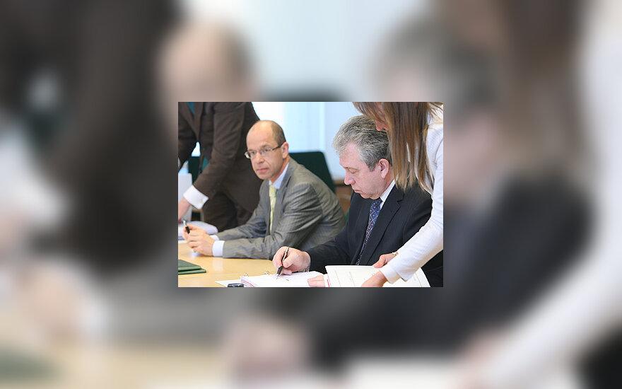 Ignas Staškevičius ir Vytas Navickas pasirašo sutartį