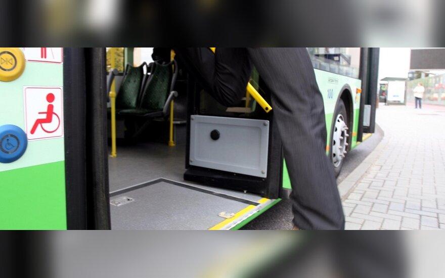 Vilniaus viešajame transporte neskubama naikinti priekinių durų tvarkos