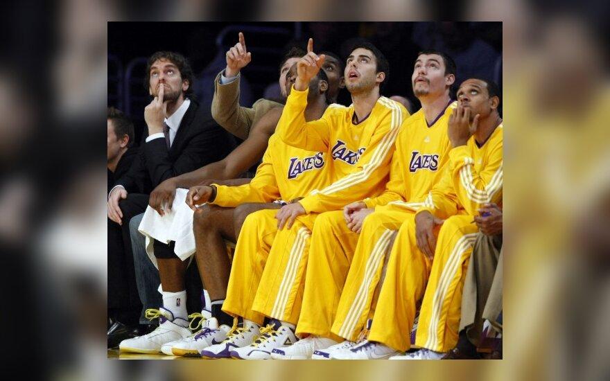 """Pau Gasolis ir """"Lakers"""" atsarginių suolelis"""