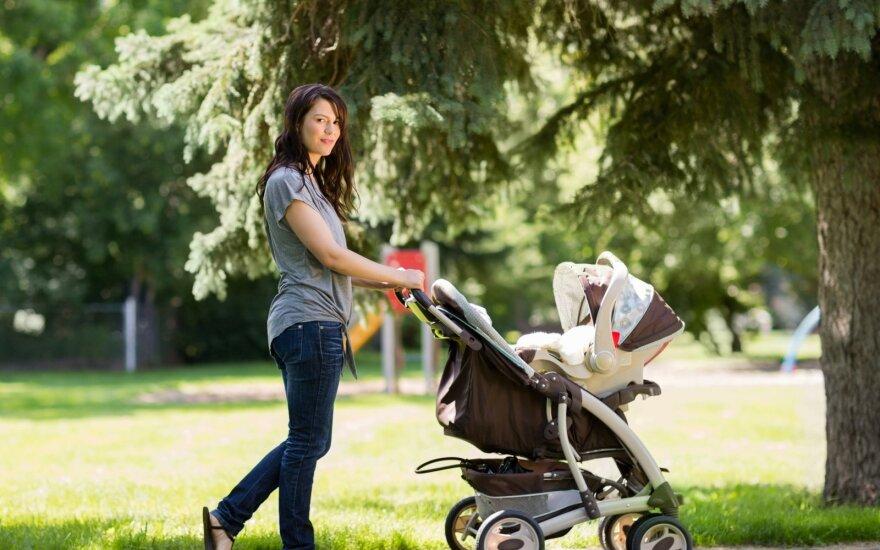 Moteris, mišinuku maitinanti kūdikį, susilaukia daug kritikos.
