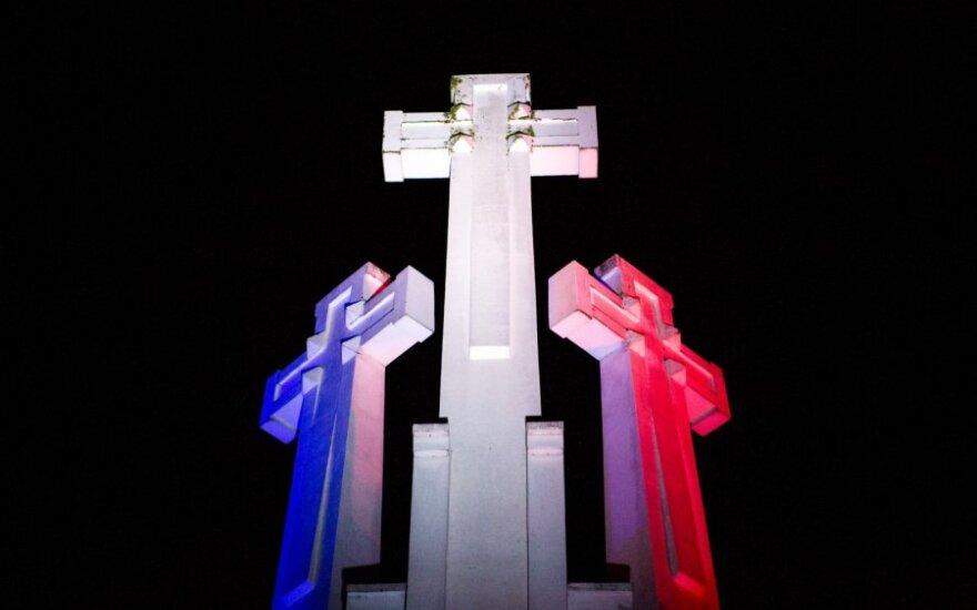 Trys kryžiai Vilniuje bus nušviesti Prancūzijos vėliavos spalvomis