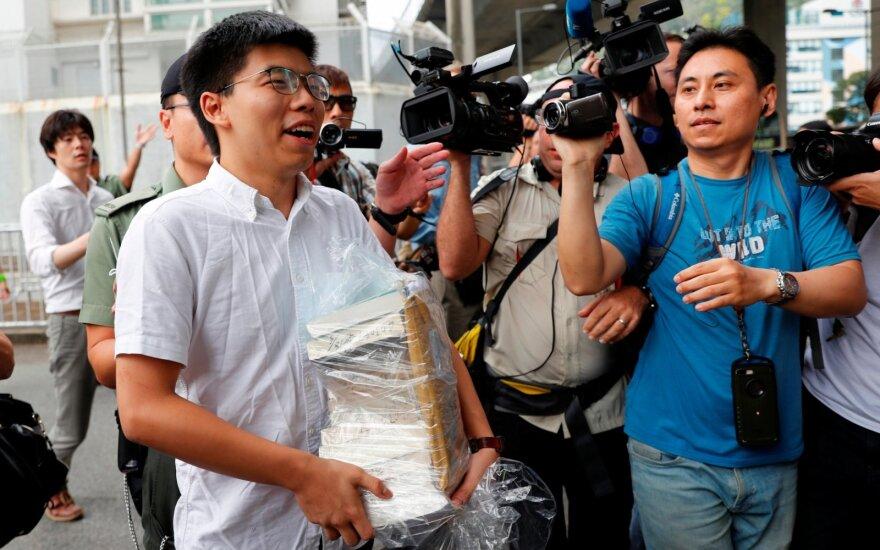 Honkongo opozicijos aktyvistas Joshua Wongas paleistas iš kalėjimo