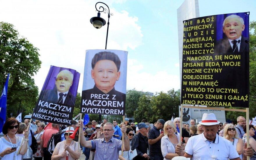 Lenkai vėl protestuoja prieš valdžią – kas ten vyksta?
