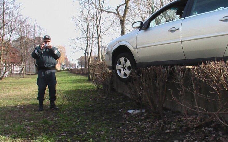 """Po avarijos į ligoninę išvežus """"Opel"""" vairuotoją, jo automobilyje liko agresyvus keturkojis"""