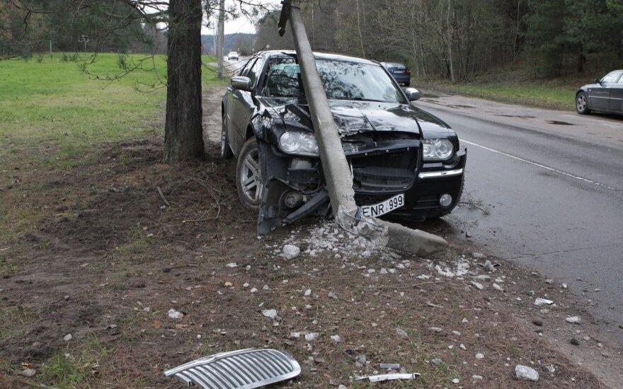Automobilis, įsirėžęs į stulpą