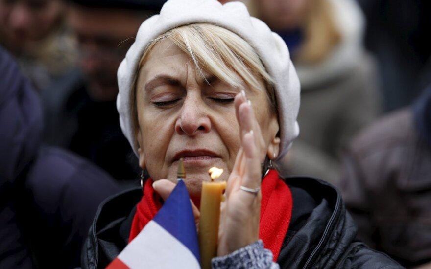 Pasaulis gedi Paryžiaus teroro aukų