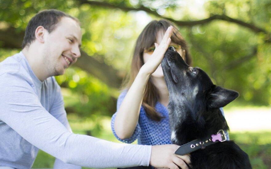 Šunelį priglaudusi pora nė minutę nepasigailėjo