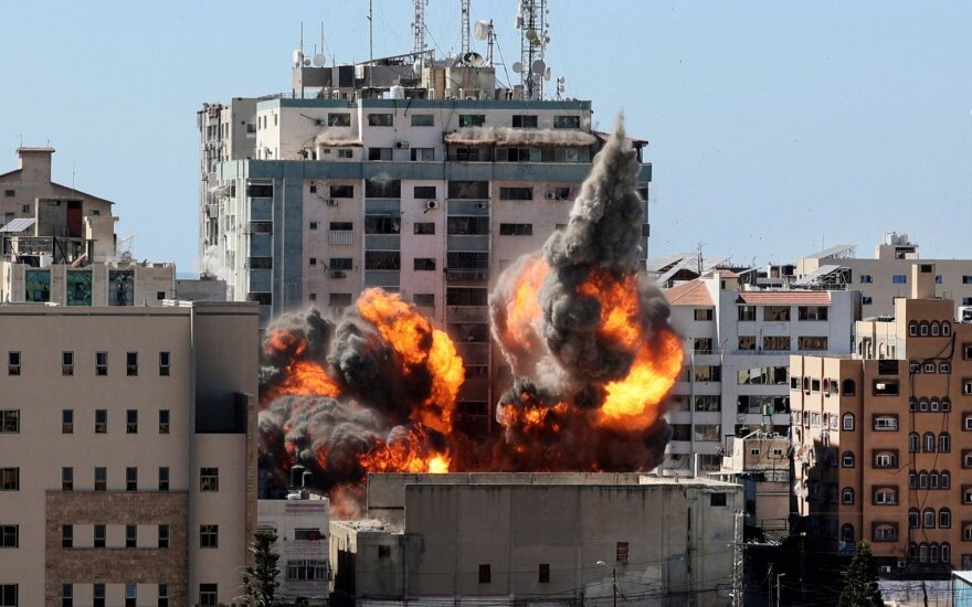 """Izraelis """"Gazos Ruože sugriovė pastatą """"Jala Tower"""""""