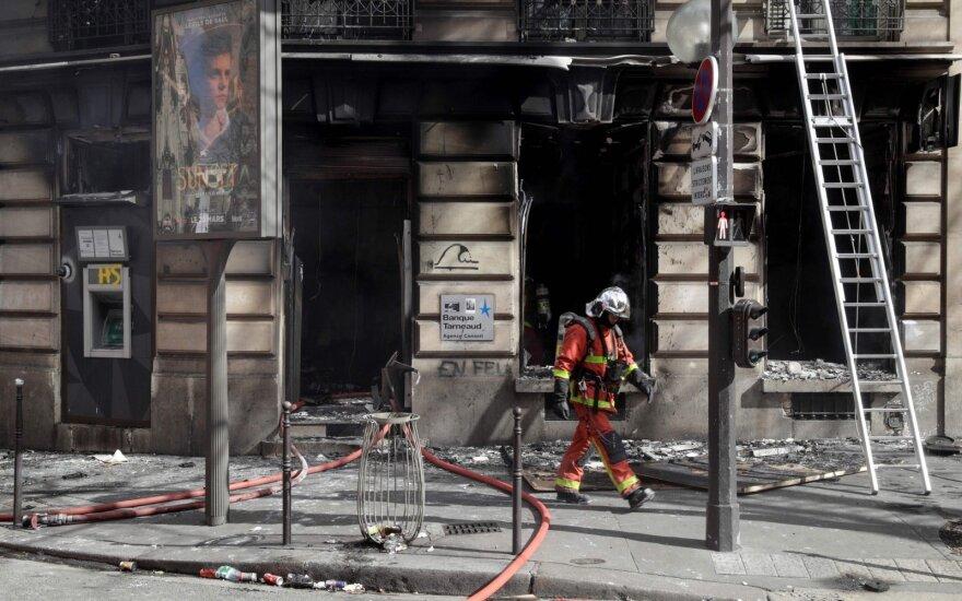 Per protestus Paryžiuje nusiaubtos parduotuvės