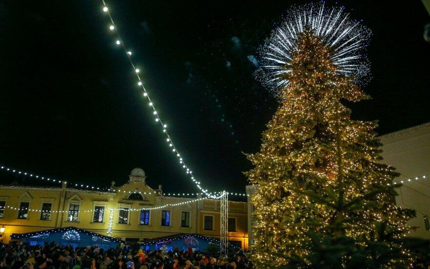 Švenčių laukimą skelbia ir Klaipėda: įžiebta miesto eglė