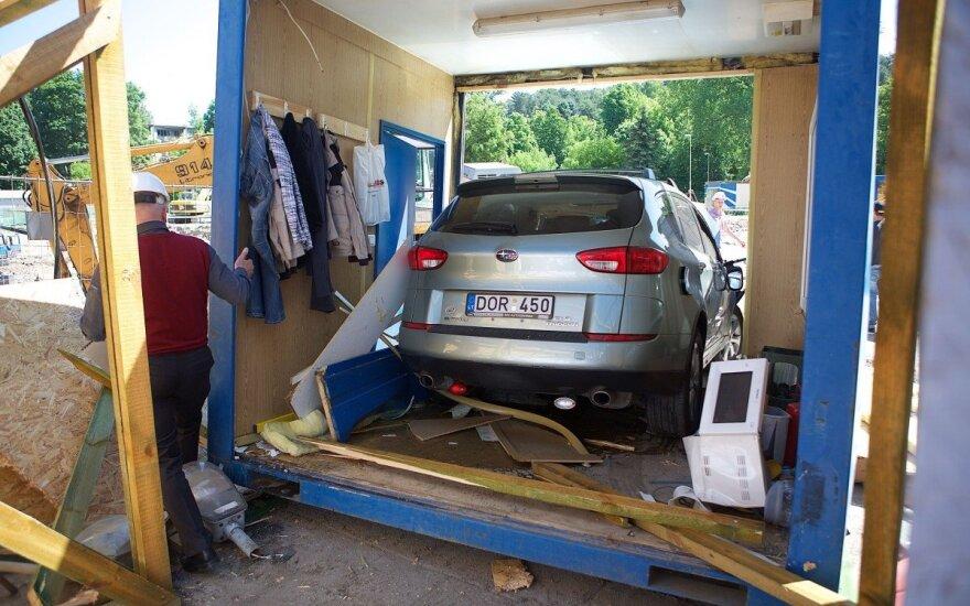 """Vilniuje azerbaidžianietis su """"Subaru"""" pralėkė kiaurai apsaugos būdelę, sužalotas jaunas vyras"""