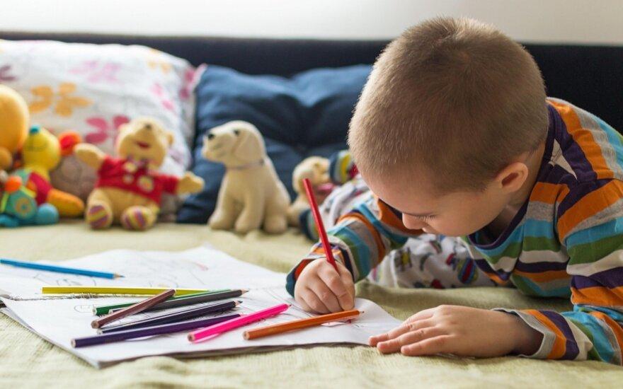 Jūsų vaikas piešia su flomasteriais ar pieštukais? Logopedės verdiktas, kuri iš šių priemonių daro meškos paslaugą