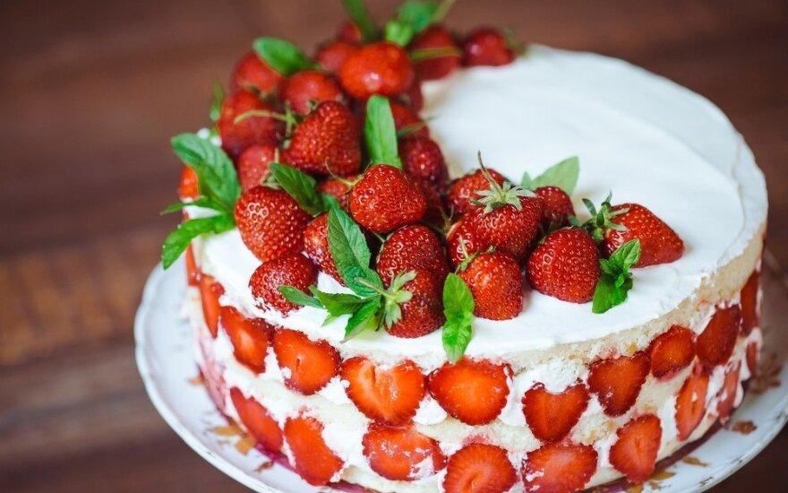 Tirpsta burnoje: braškinis tortas su jogurtiniu kremu