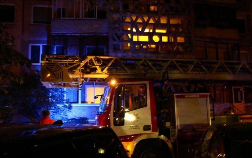 Įsiutęs sugyventinis padegė butą su visa šeima: įbauginti kaimynai liudija, kad tai ne pirmas incidentas