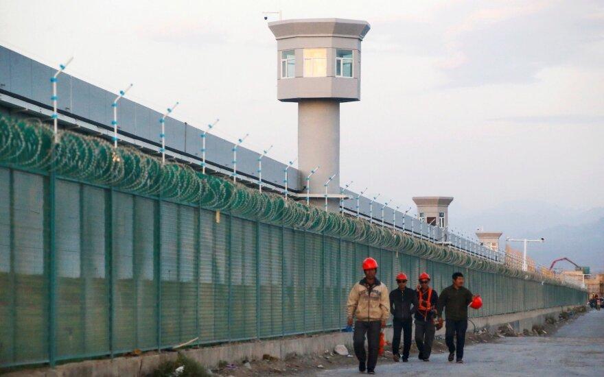 Iš JAV – griežtas įspėjimas Kinijai: ragina nutraukti represijų kampaniją