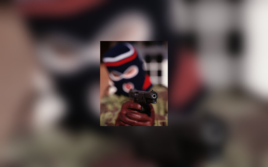 Kaukėtas plėšikas su ginklu