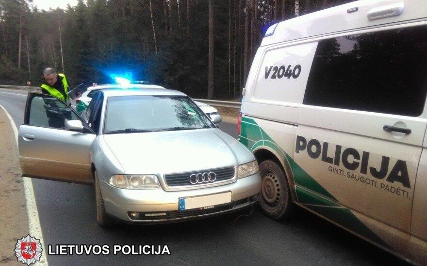 Persekiojamas girtas vairuotojas rėžėsi į policijos mikroautobusą