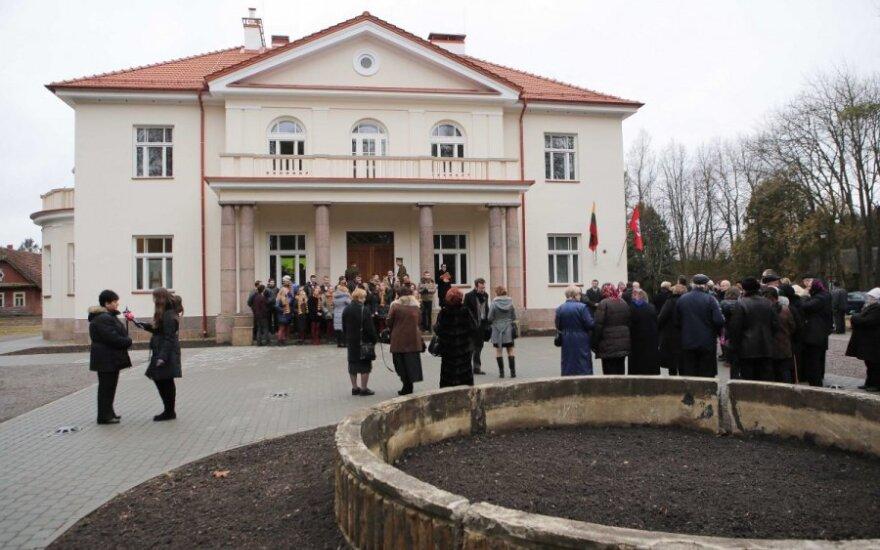 Atidarytas atnaujintas prezidento A. Smetonos dvaras