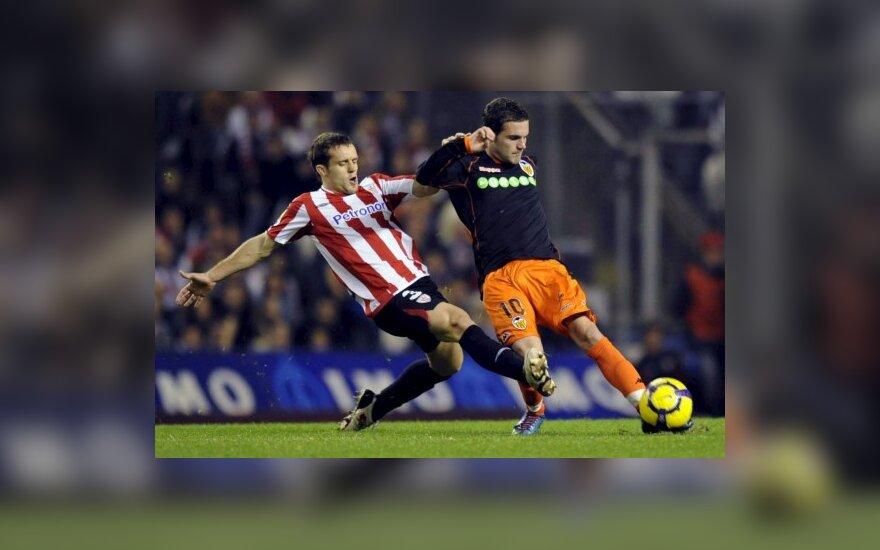 """Koikili Lertxundi (""""Athletic"""", kairėje) kovoja su Juanu Mata (""""Valencia"""")"""