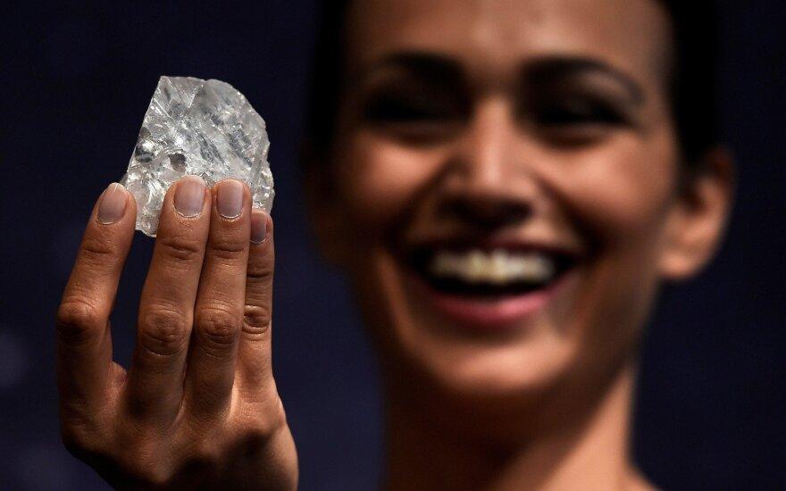 Britų juvelyras įsigijo didžiausią pasaulyje nešlifuotą deimantą