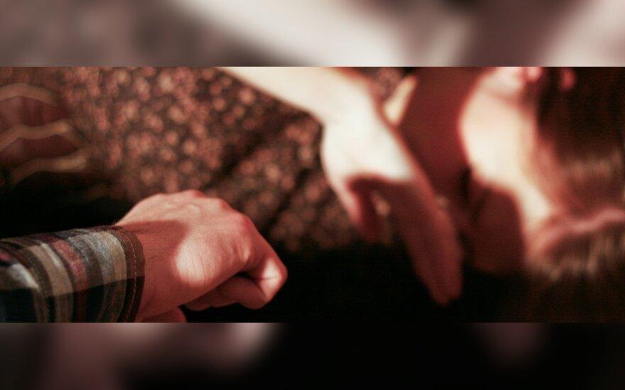 Į motinas tinkančią sugėrovę kretingiškiai ir išžagino, ir išprievartavo