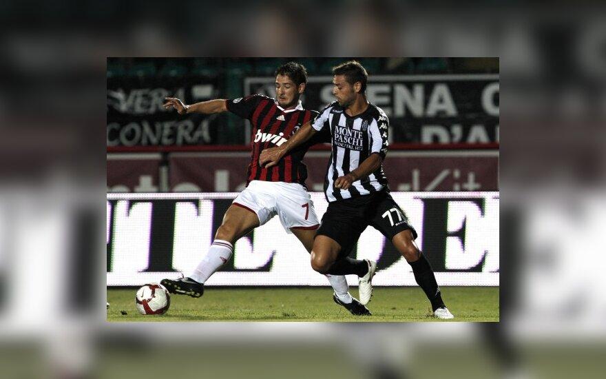 """Alexanderis Pato (""""AC Milan"""")  ir Daniele Ficagna (""""Siena"""")"""