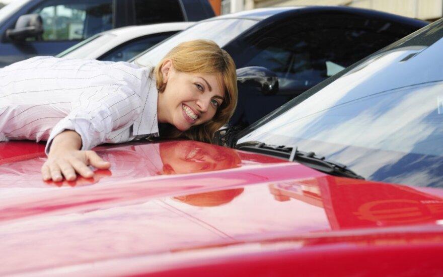 Lietuvoje moterys linksta pačios pasirūpinti savo automobiliu