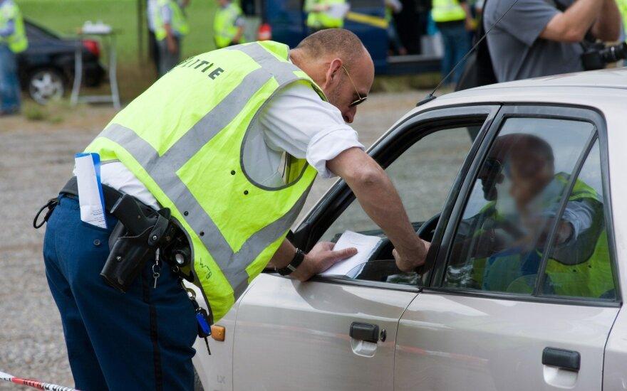 Policininkas išrašo baudą