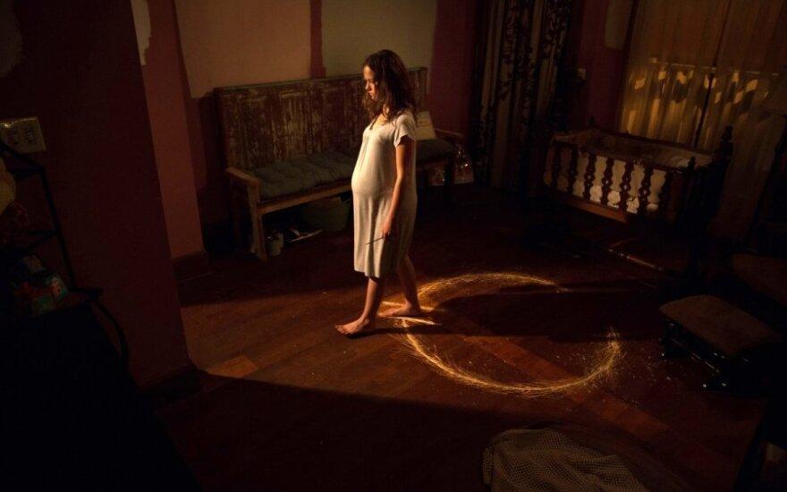 """Filmo """"Šėtono belaukiant"""" recenzija: siaubo žanro projektas, įvyniotas į buitinės kameros """"apvalkalą"""""""