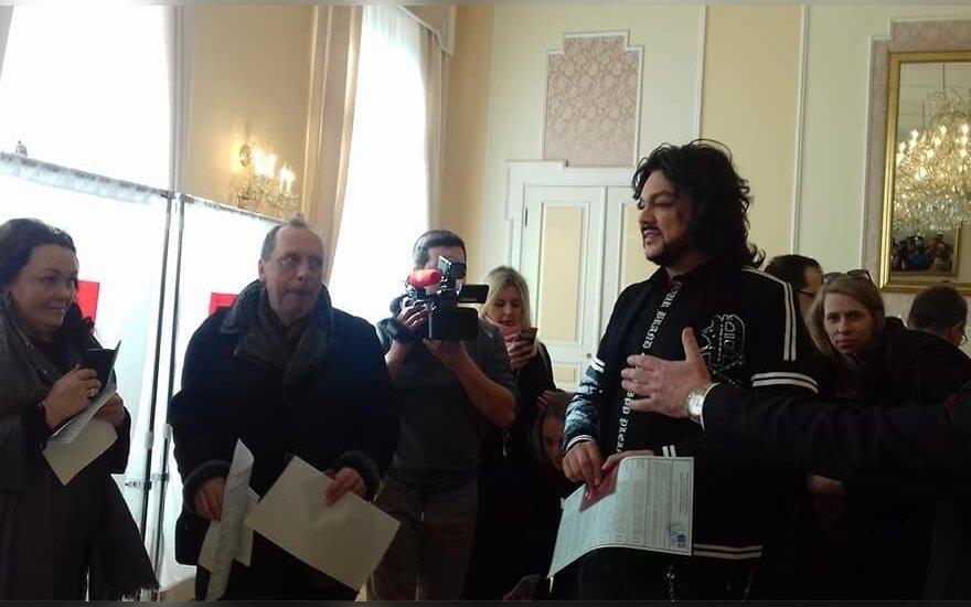 Filipas Kirkorovas balsuoja Rusijos ambasadoje Vilniuje