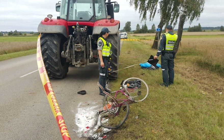Kraupi avarija Šilutės rajone: traktorius dviratininkui nuplėšė koją, žmogus žuvo