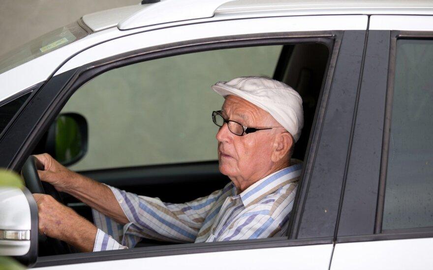 Vairuojantis senjoras. Asociatyvi nuotr.