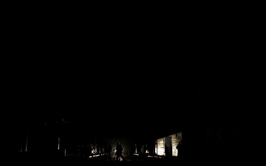 Nutrūkus elektros tiekimui Venesuela paskendo tamsoje