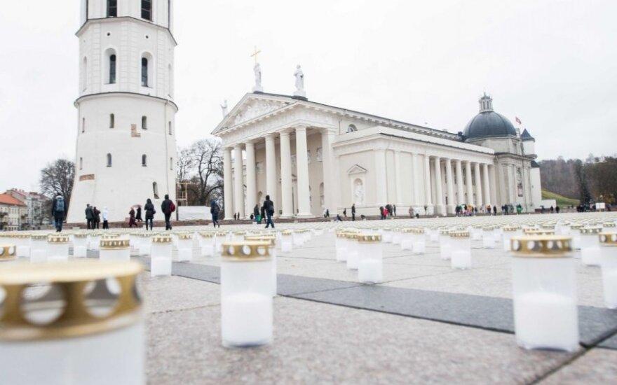 Tūkstančiai žvakučių Vilniuje primena žuvusiuosius keliuose