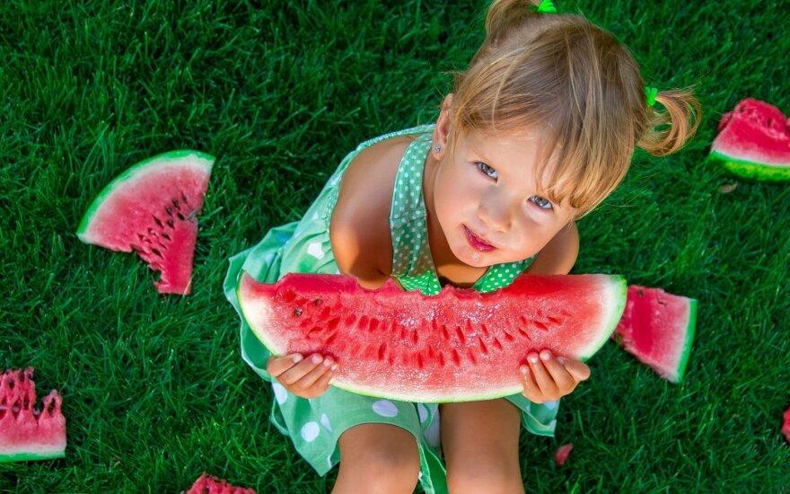 Vaikas valgo arbūzą