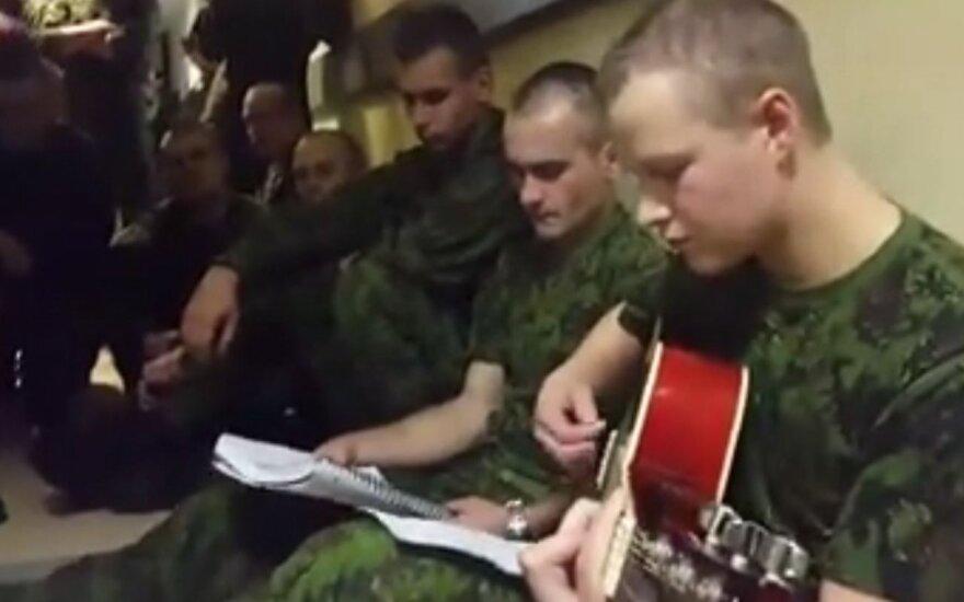 Paperkantis nuoširdumas: karių sukurtas himnas užkariauja internetą