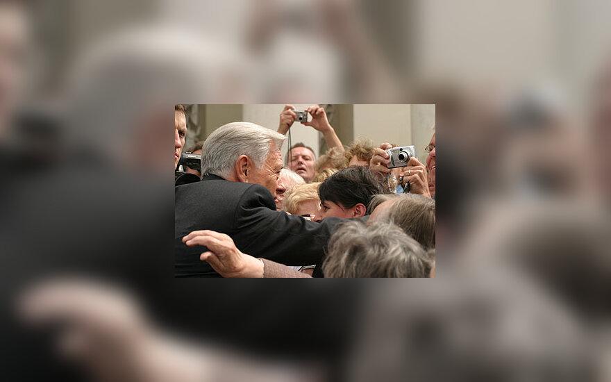 Žmonės Katedros aikštėje sveikina V.Adamkų