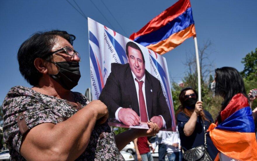 Prie Armėnijos parlamento per opozicijos šalininkų piketą sulaikyta dešimtys žmonių