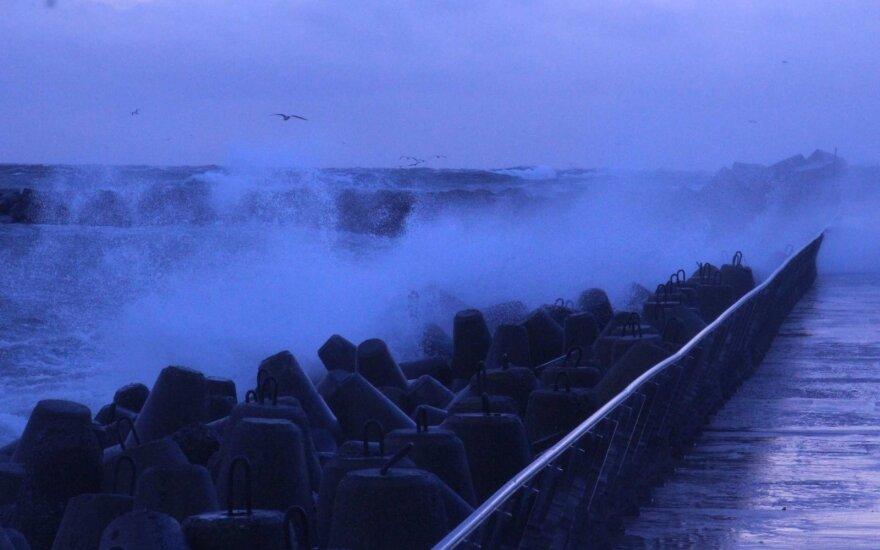 Orai: kartu su šiluma siaus gūsingas vėjas