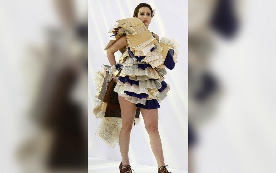 Suknelės, sukurtos iš panaudotų biuro reikmenų