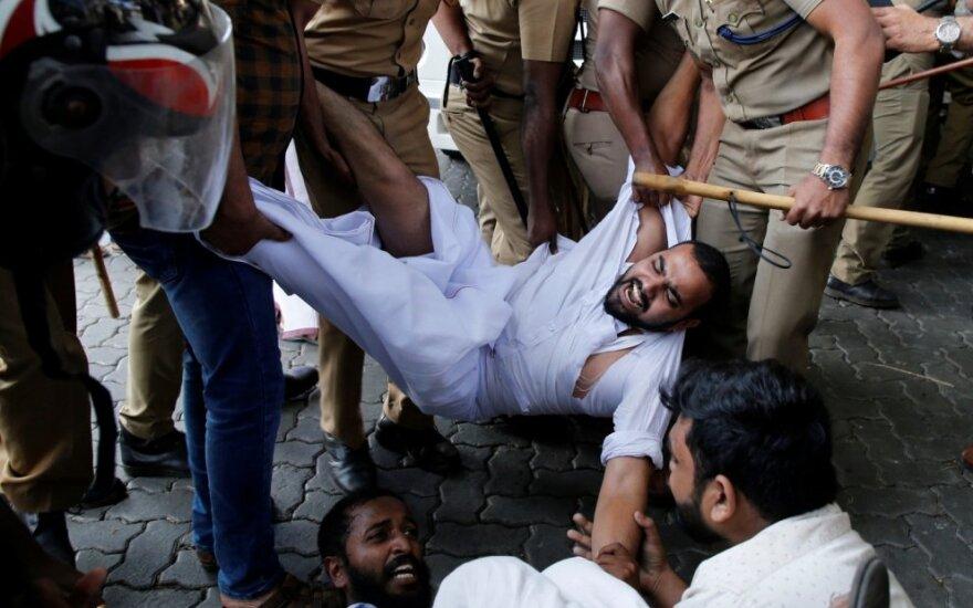 Moterims patekus į svarbią Indijos šventyklą per neramumus žuvo žmogus, 15 sužeisti