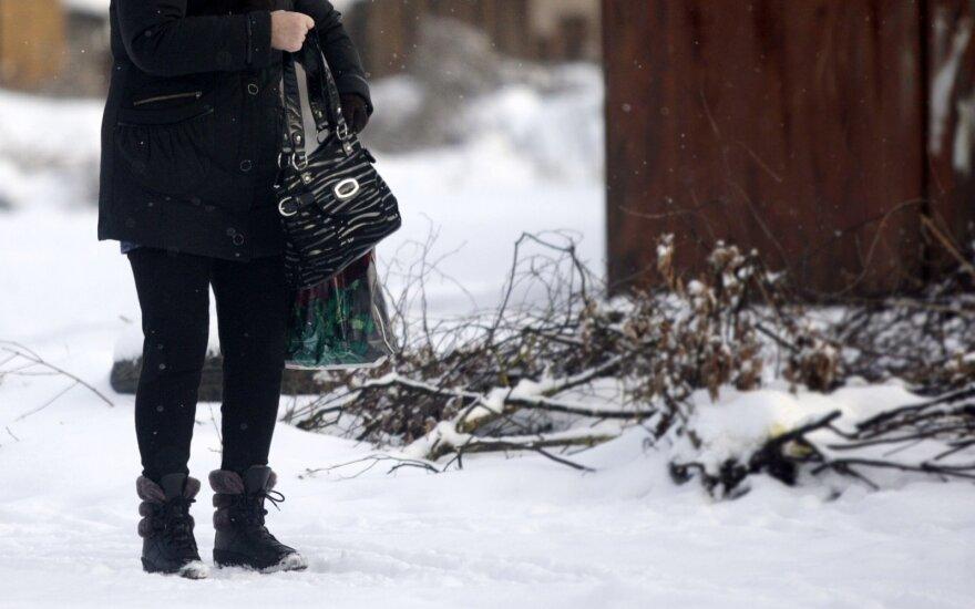 Keturių vaikų mama atsidūrė baisioje padėtyje: pašalpos gauti negali, iš jos atimami vaikai