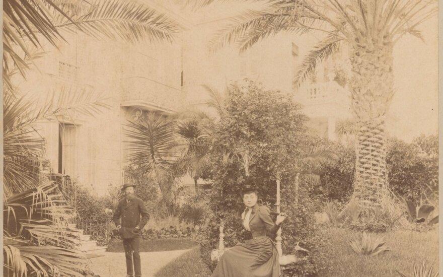 Nica. Benediktas Henrikas Tiškevičius ir Izabelė Fero (Feraud) kunigaikščio Petro Sayn-Vitgenšeino vilos kieme. 1892 m. sausio mėn. – 1892 m. balandžio mėn. Fotografijos muziejaus rinkinys