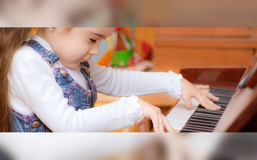 Mergaitė groja